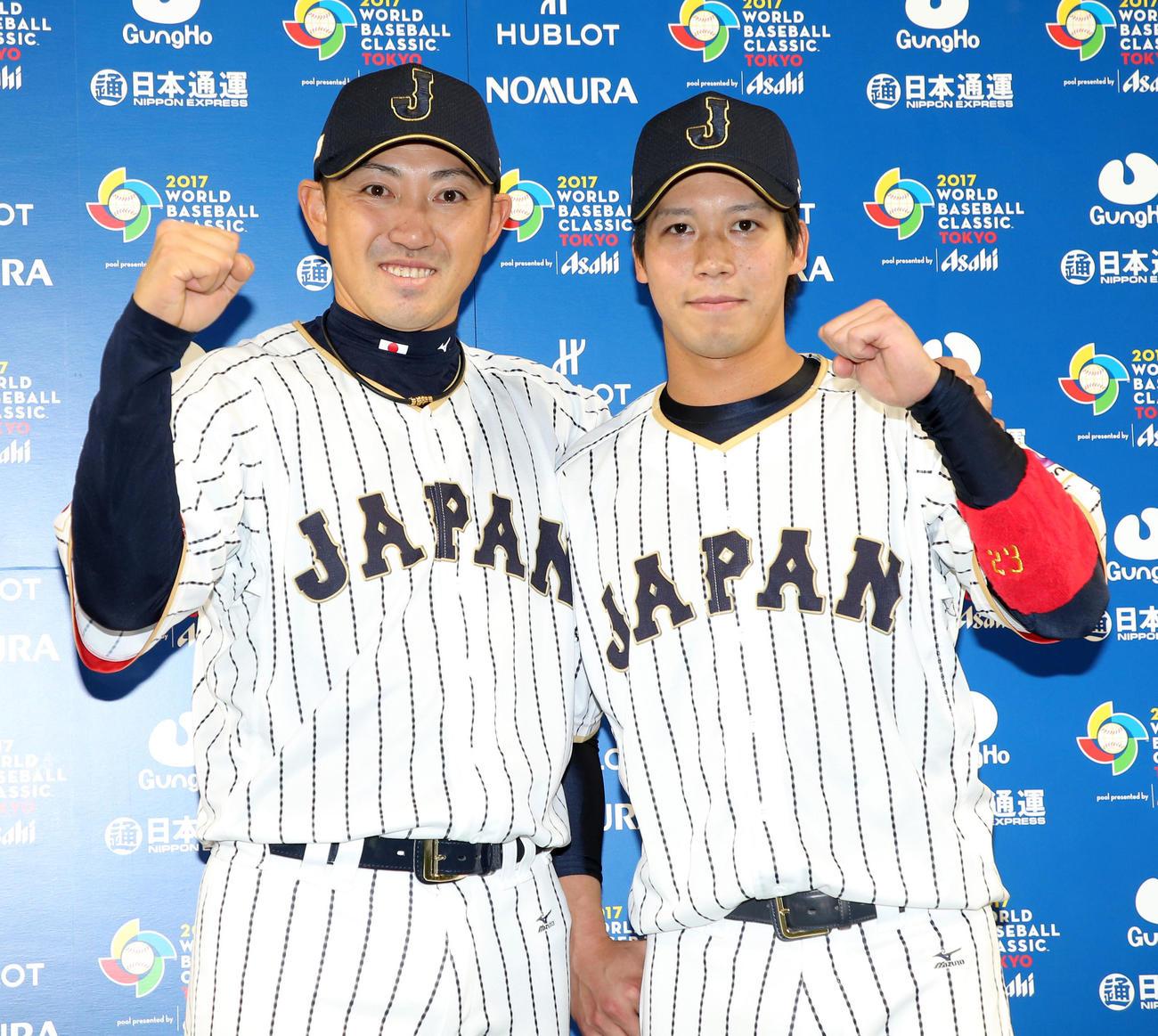 17年3月、WBC2次ラウンド日本-キューバ戦後、山田(右)と2ショットで笑顔を見せる内川