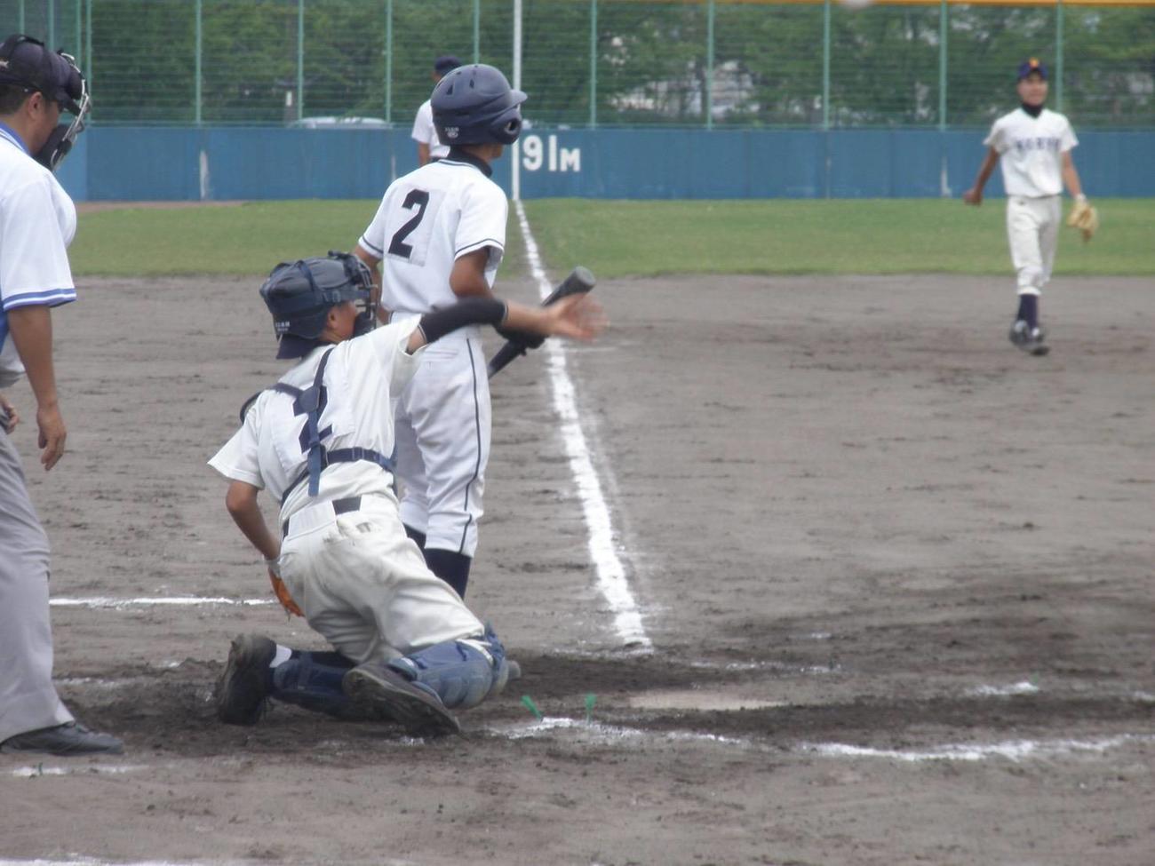 右肘のケガを治し、甲陵中3年の西宮大会で捕手を務める阪神佐藤輝。右肘にはサポーターを着用している(家族提供)