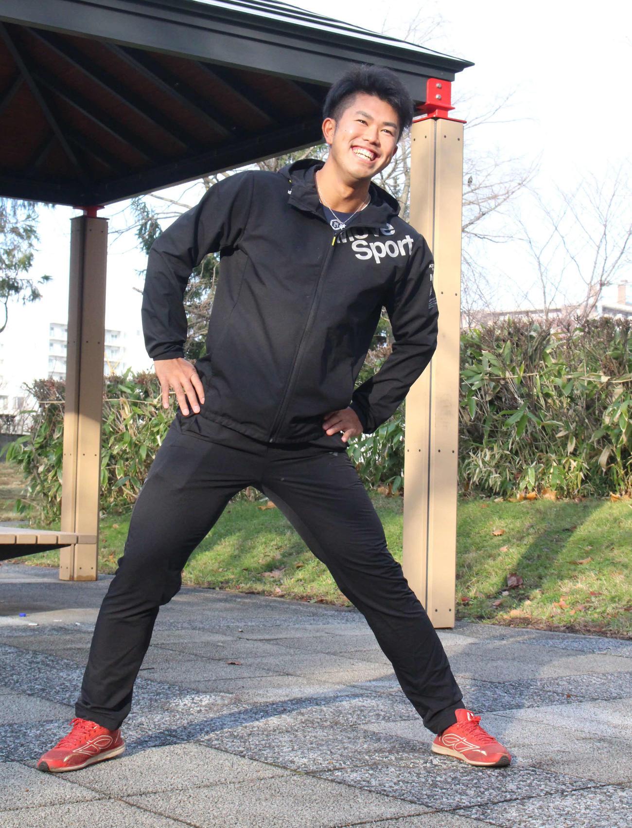 ランニングに備え、体を動かす日本ハムドラフト6位の今川(代表撮影)