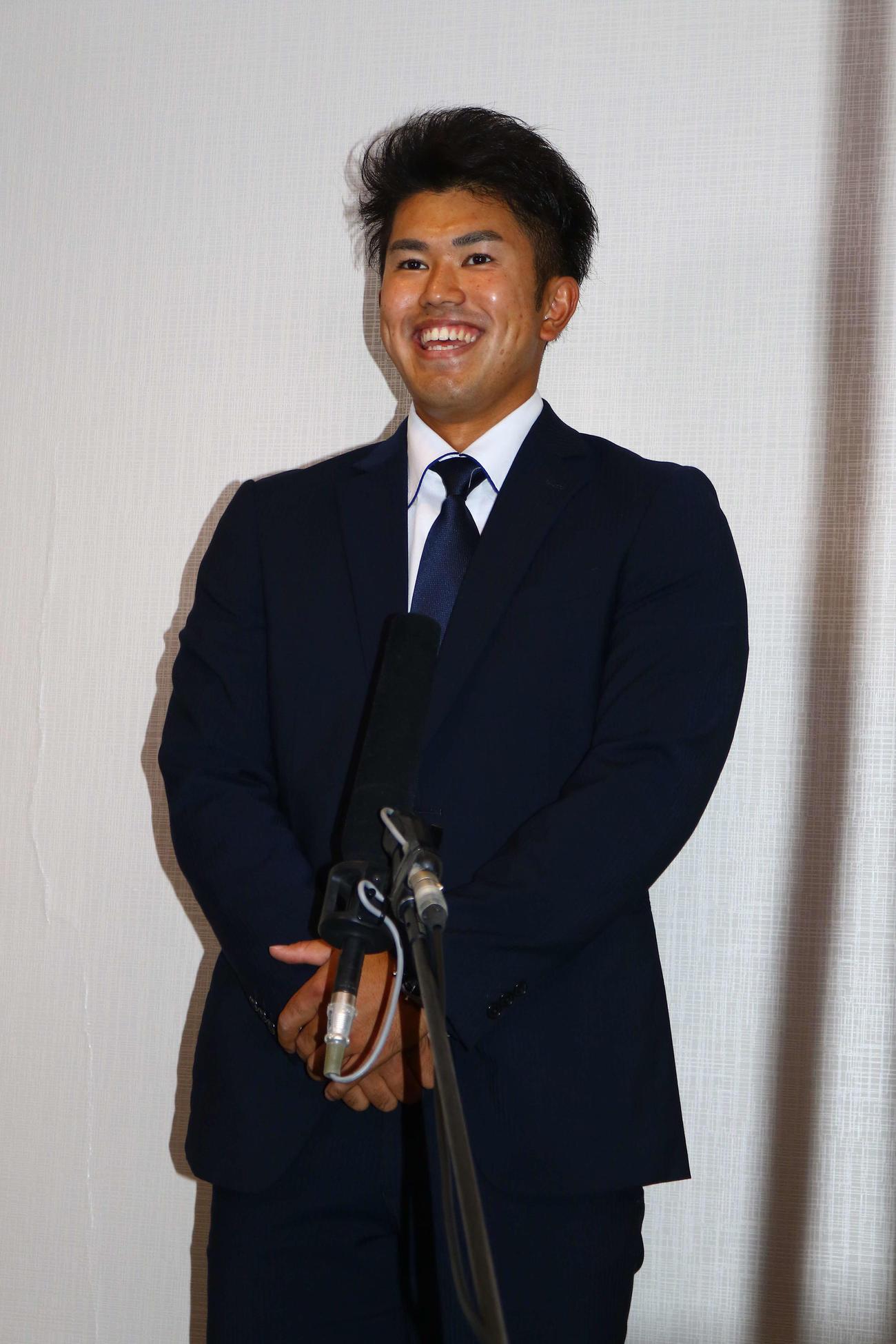 球団と本契約し、取材に臨む日本ハムドラフト6位の今川(代表撮影)