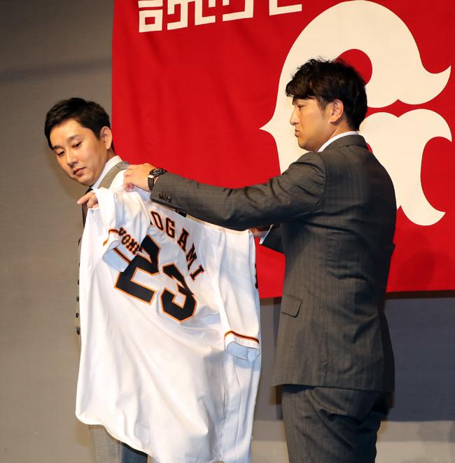 2017年12月4日、巨人入団が決まり、高橋由伸監督(右)から23番のユニホームを着せてもらう野上亮磨