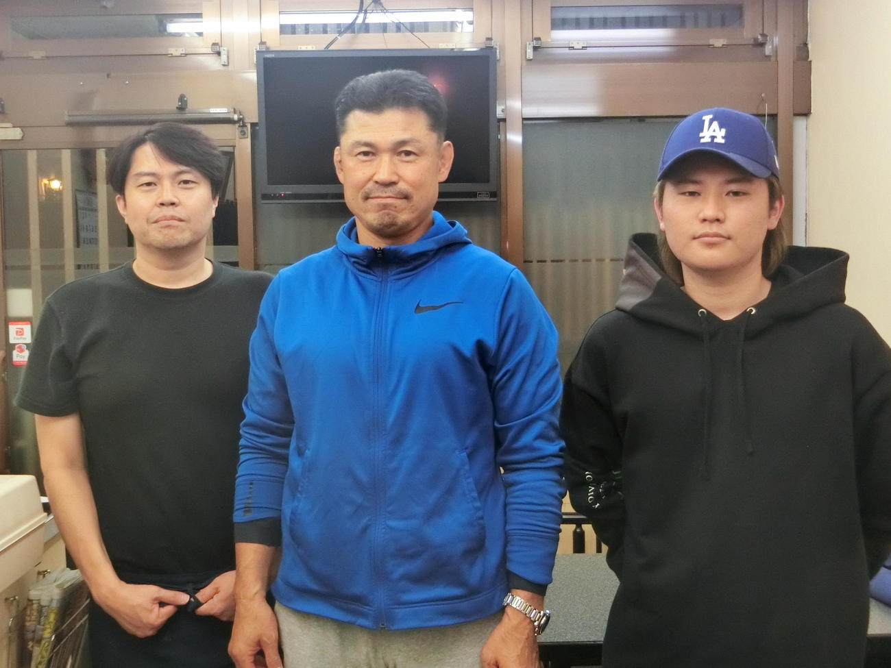 阪神佐藤輝の父博信さん(中央)、左はうどん屋「はづき」店主の高取君己さん、右は佐藤輝の同級生で高取さんの息子真祥さん