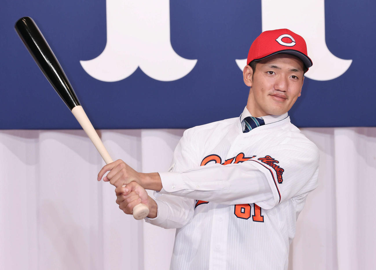 新入団選手発表会見で、ポーズを決めるドラフト6位の矢野(撮影・加藤孝規)