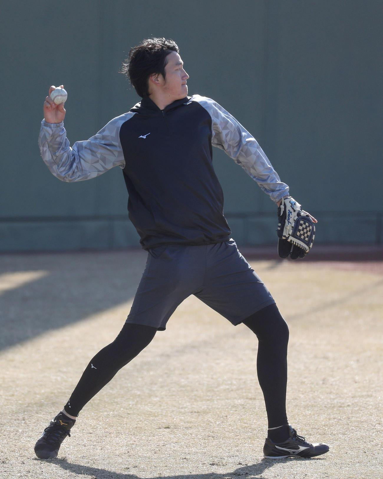 キャッチボールを行う阪神小林(撮影・前田充)