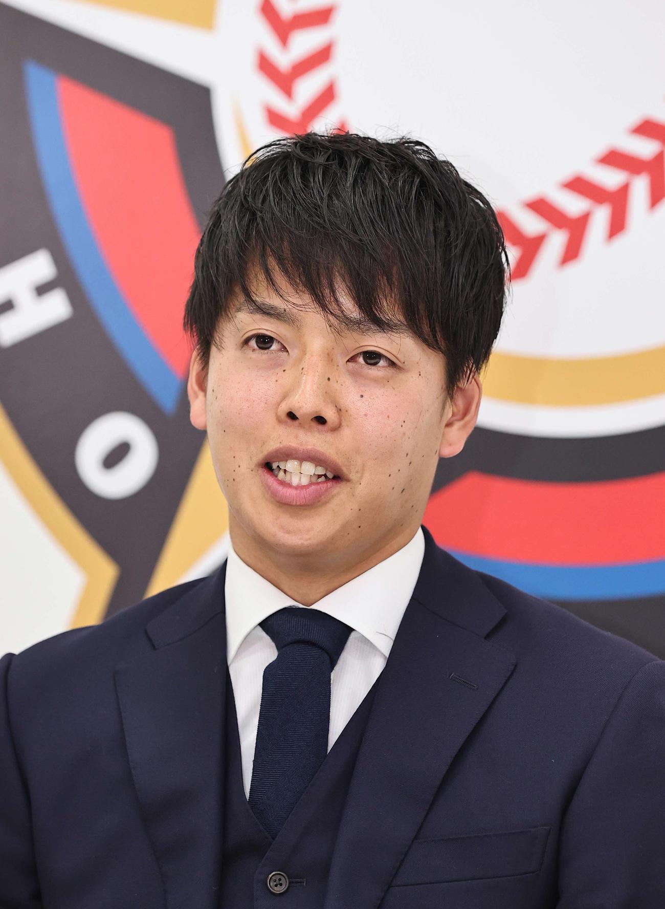 札幌市内にある球団事務所で契約更改を終え、記者会見に臨んだ日本ハム杉浦(代表撮影)