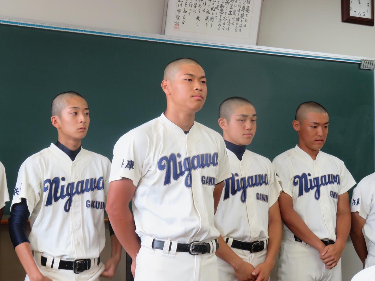 仁川学院3年夏の大会前の壮行会に出席した佐藤輝(左から2人目)(家族提供)