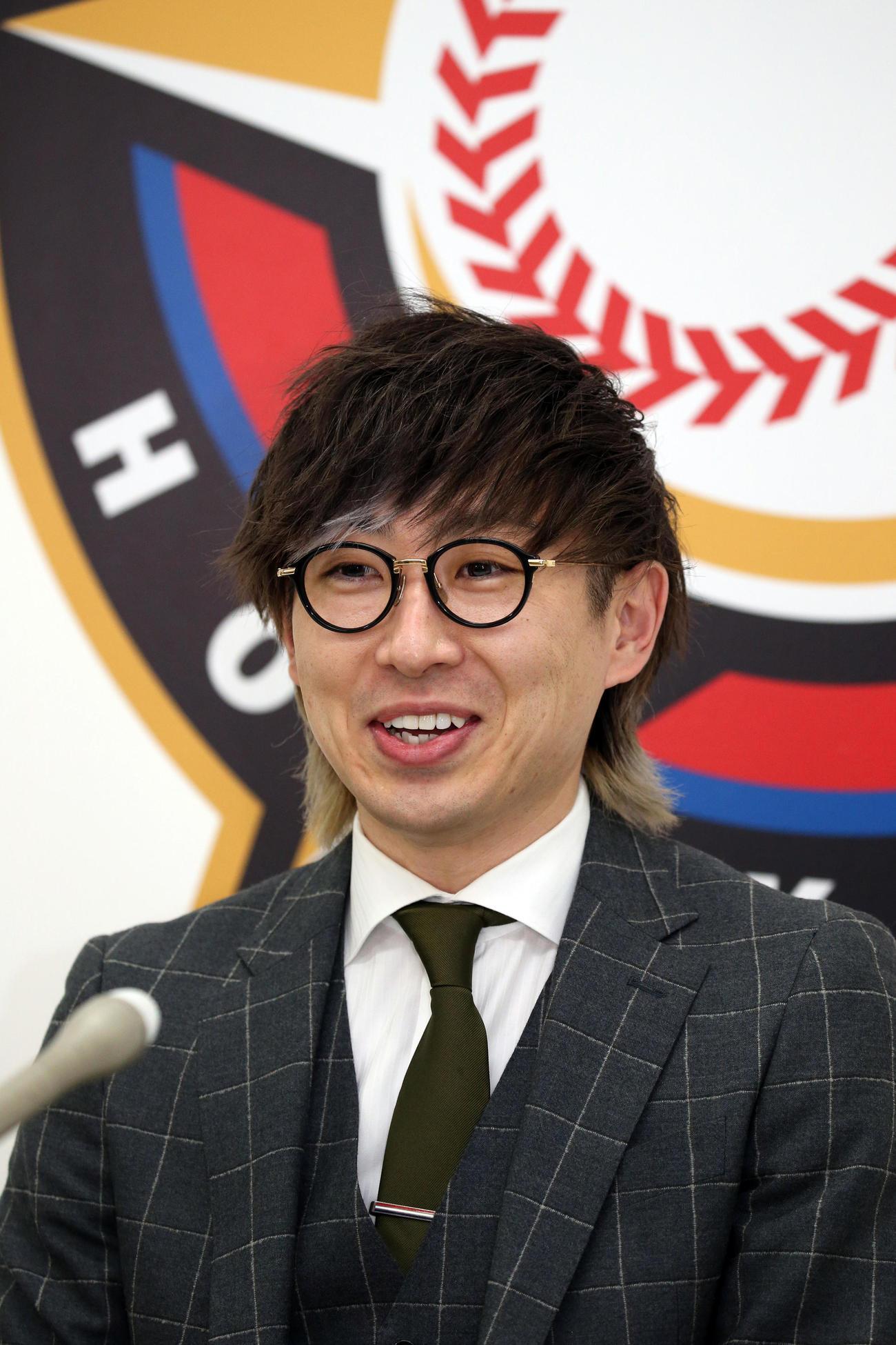 契約更改を終え、会見する日本ハム金子(代表撮影)