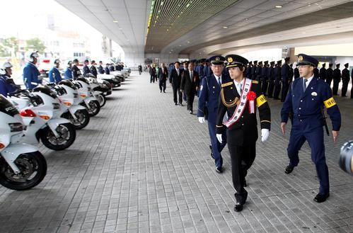 12年11月、甲子園警察署の1日署長を務めた上本は警察官を装備品をチェック