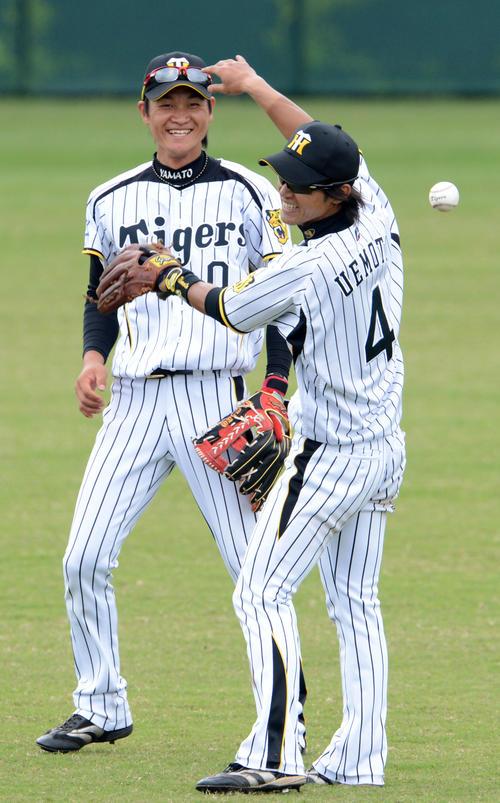 13年2月、練習中に笑顔を見せる大和(左)と上本