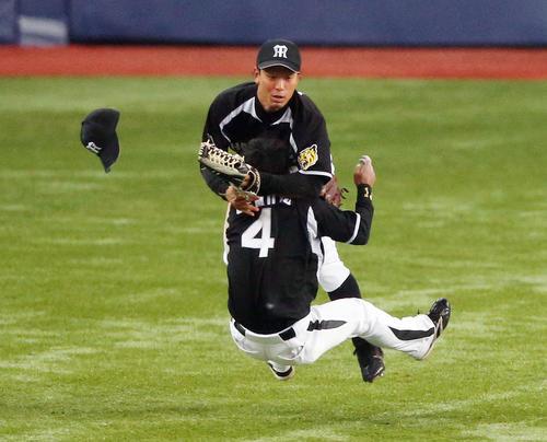 13年2月、打球を追い左翼手伊藤隼(奥)と激突する遊撃手上本