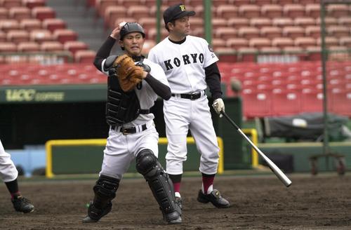 04年3月、広陵時代は捕手としてもプレーした上本博紀(左)