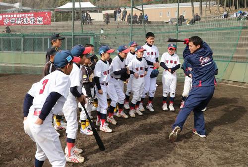 14年12月、少年野球教室で、子どもたちに打撃フォームを披露する上本