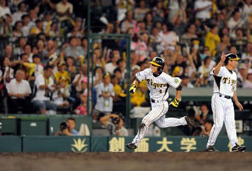 10年7月9日、横浜戦でプロ初盗塁に成功し、悪送球の間に一気に本塁に突入する上本。プロ初得点も記録した