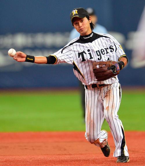 12年8月11日、広島天谷のゴロを打球を処理する上本