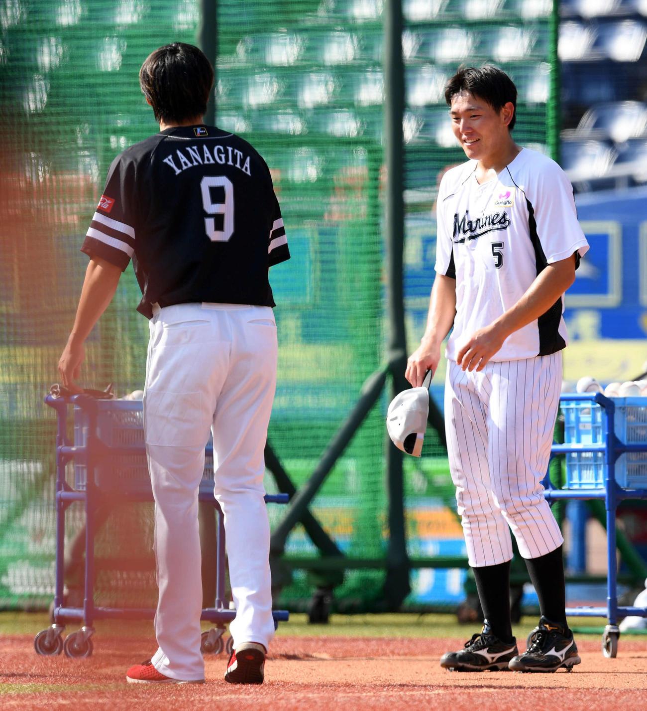 ソフトバンク柳田(左)にあいさつするロッテ安田(2020年8月18日撮影)