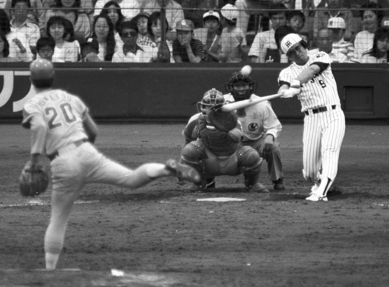 阪神・佐野仙好は中日・小松辰雄から左翼へ2号本塁打を放つ(1985年5月5日撮影)