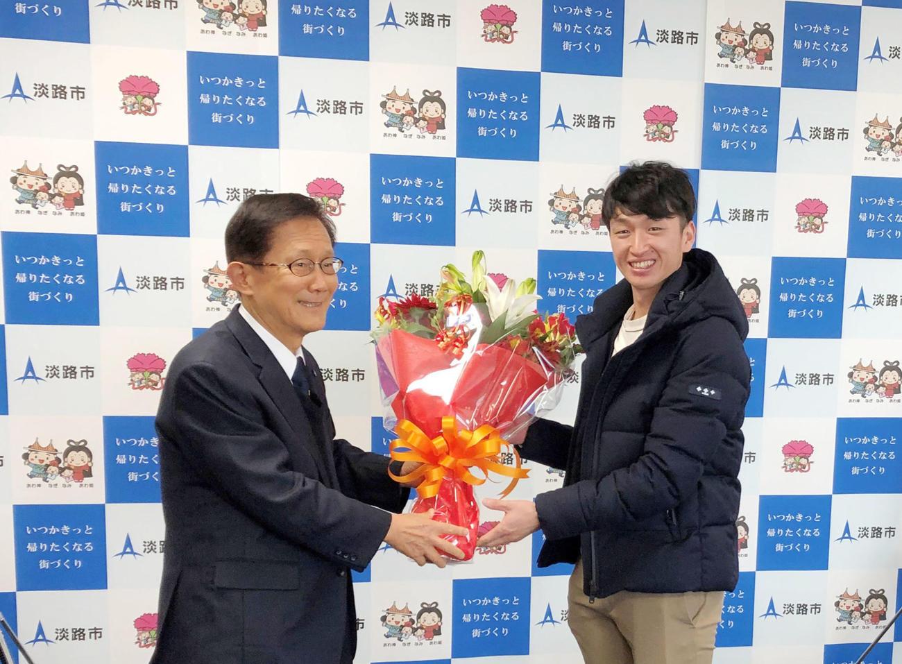 門康彦淡路市長(左)を表敬訪問し花束を受け取る近本(淡路市提供)
