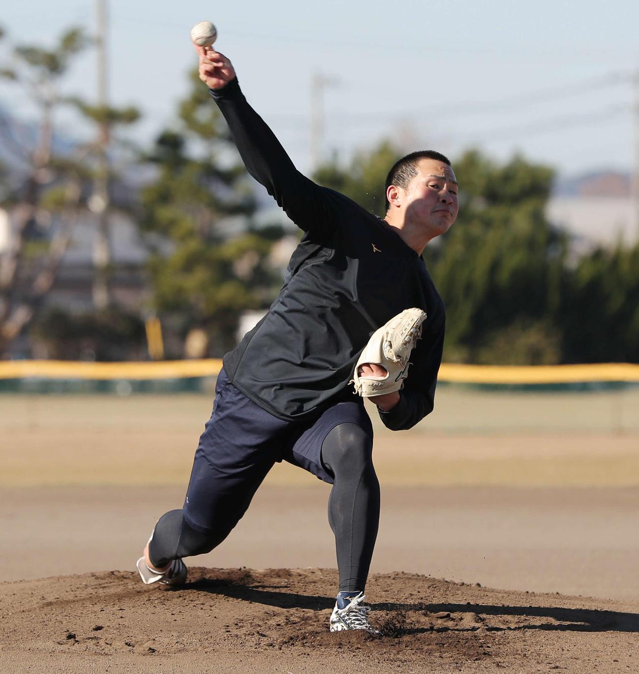 自主トレを公開しマウンドから投球する阪神佐藤蓮(撮影・前田充)