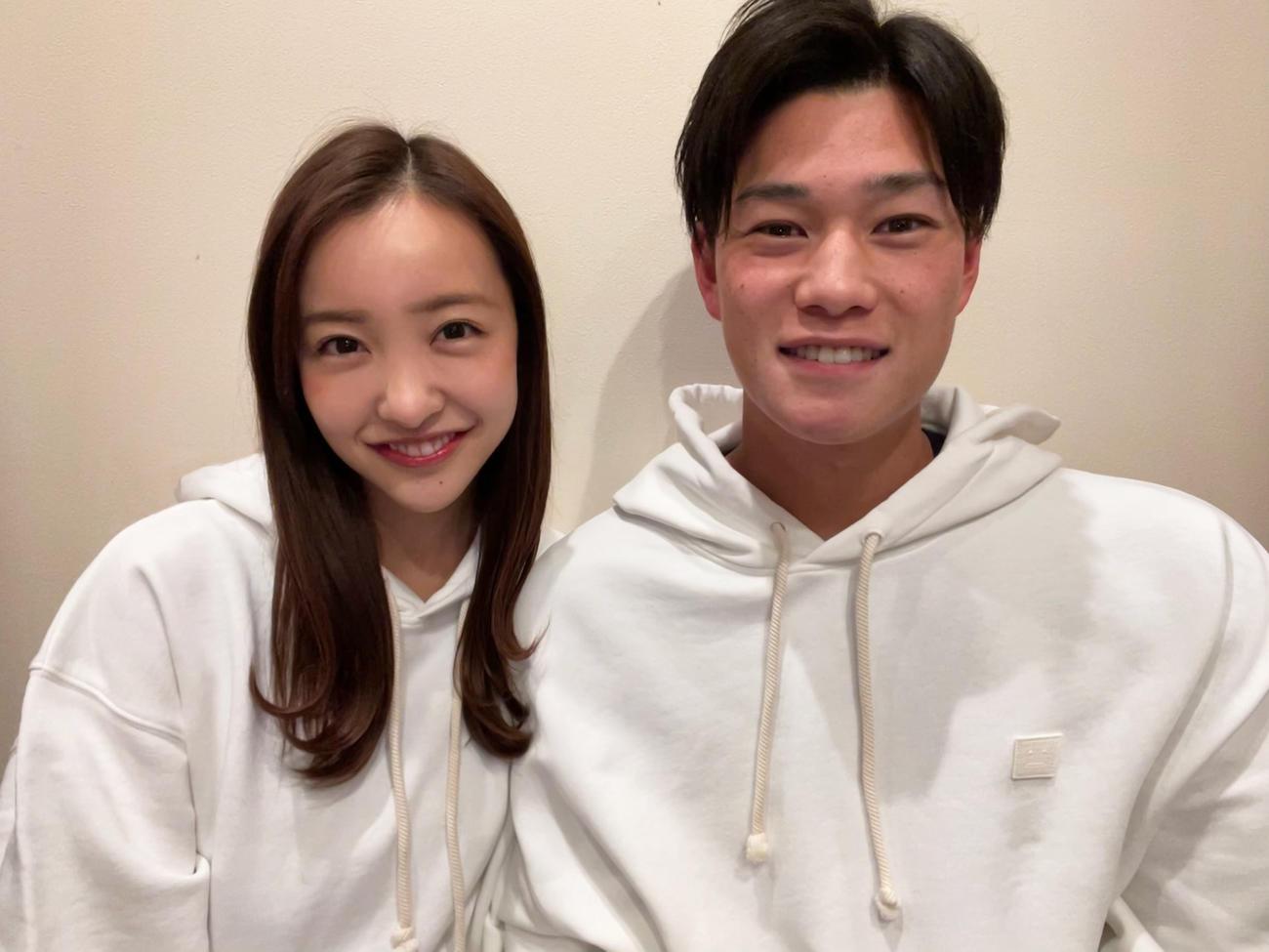 結婚したことを発表した板野友美(左)とヤクルト高橋奎二投手