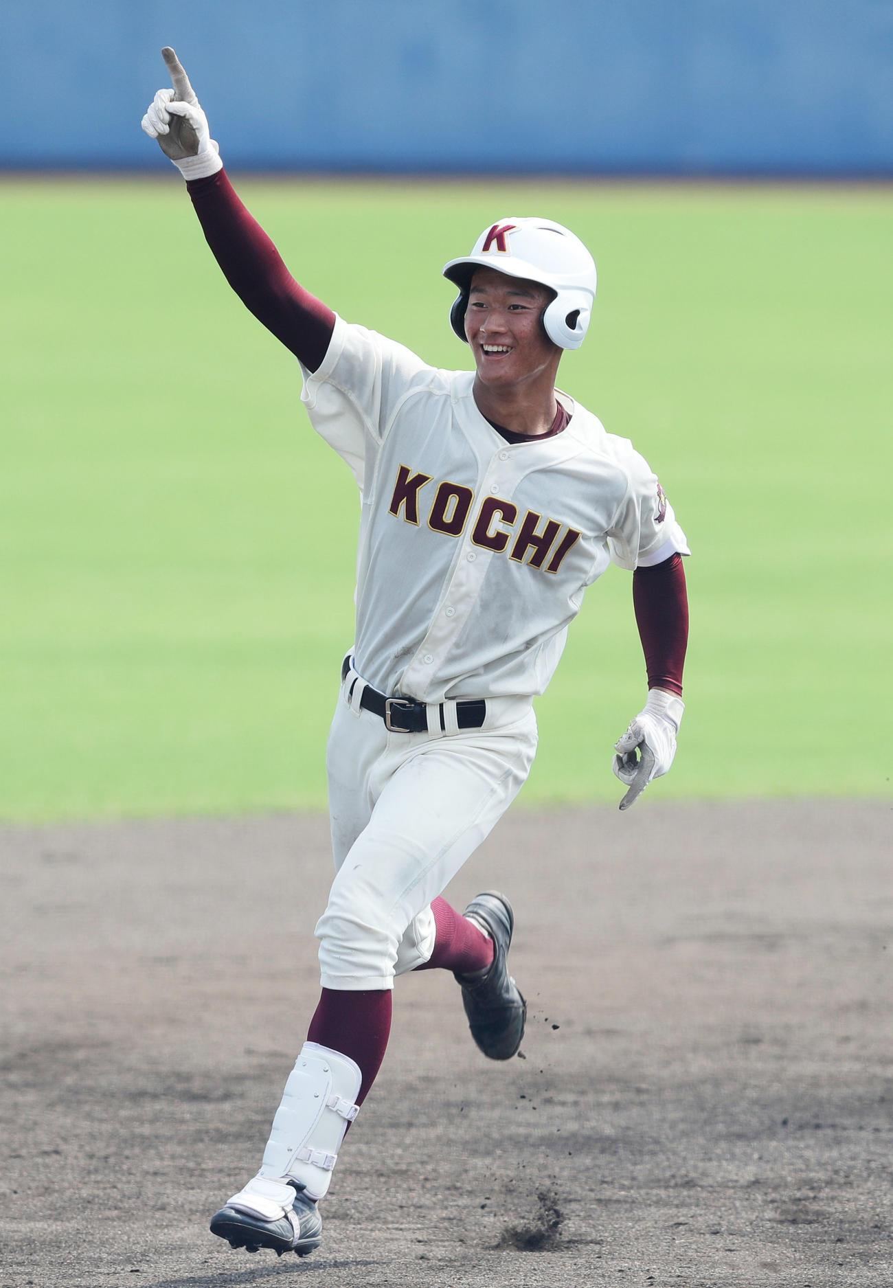 19年7月、明徳義塾戦で本塁打を放ち、応援席に向かって指を突き上げる高知・森木