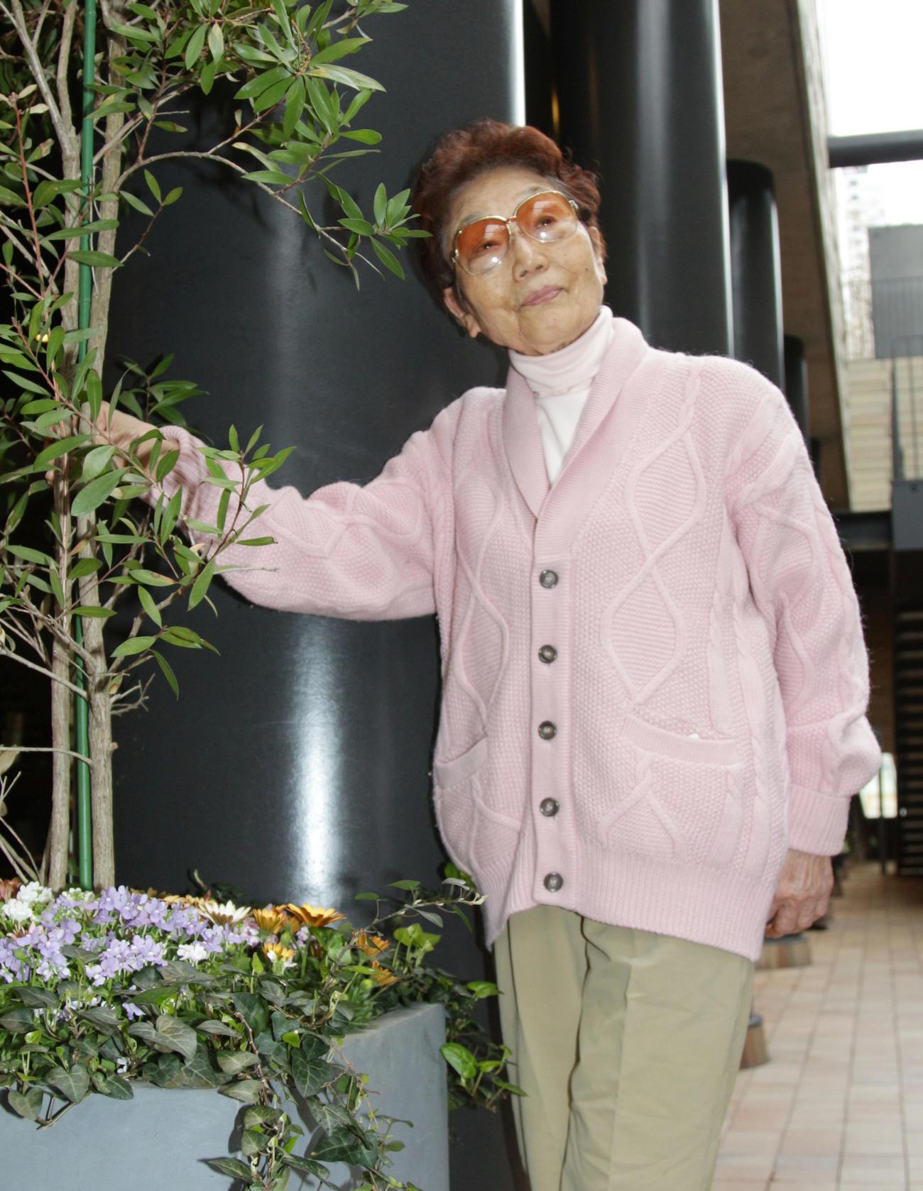 鶴岡一人氏から贈られたセーターを着る毛利康子さん