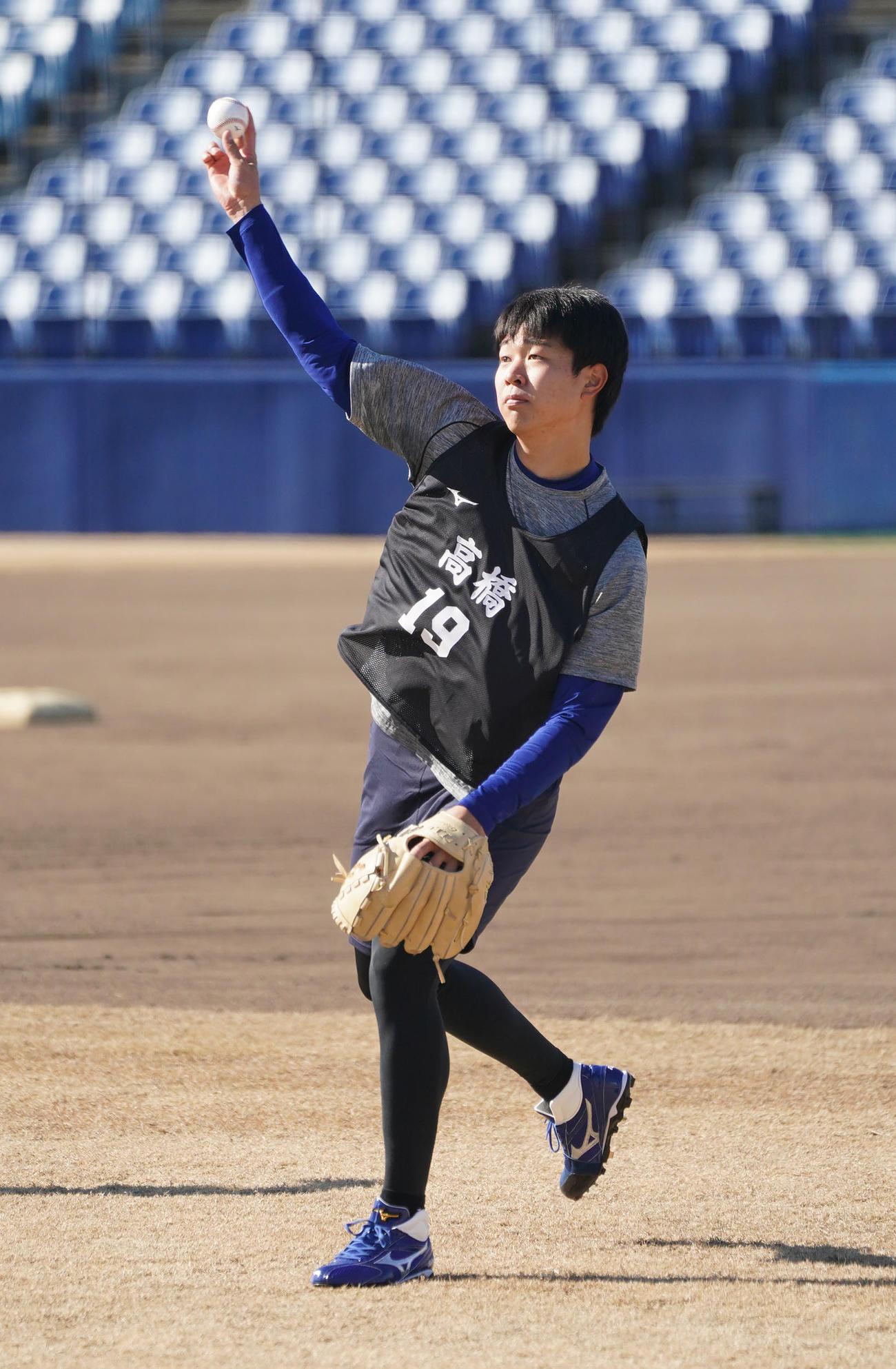 9日、新人合同自主トレでキャッチボールをする高橋宏