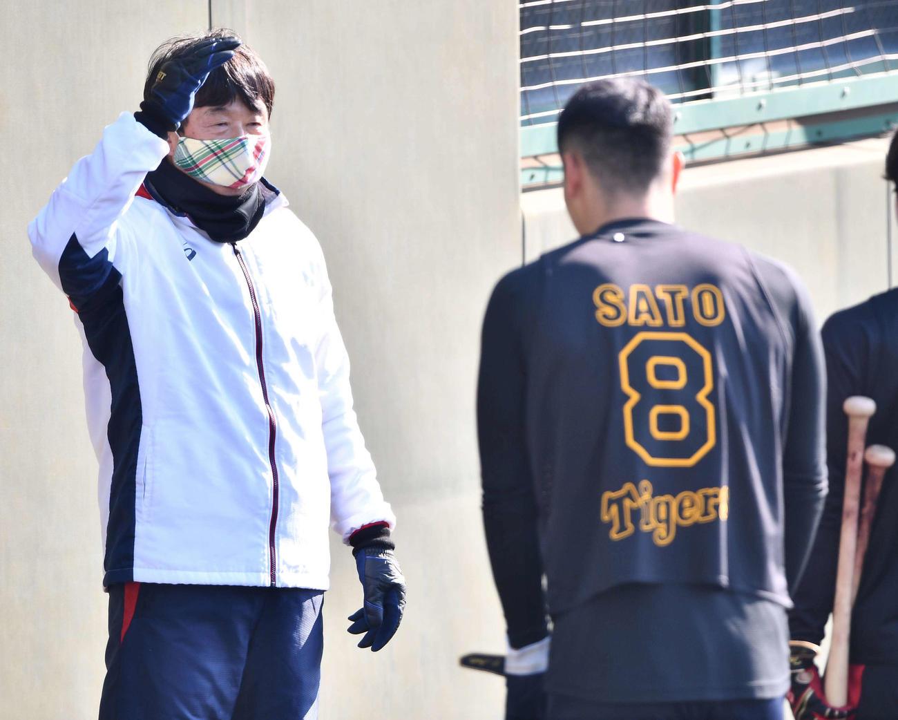 佐藤輝のあいさつに手を上げて応える平田2軍監督(代表撮影)
