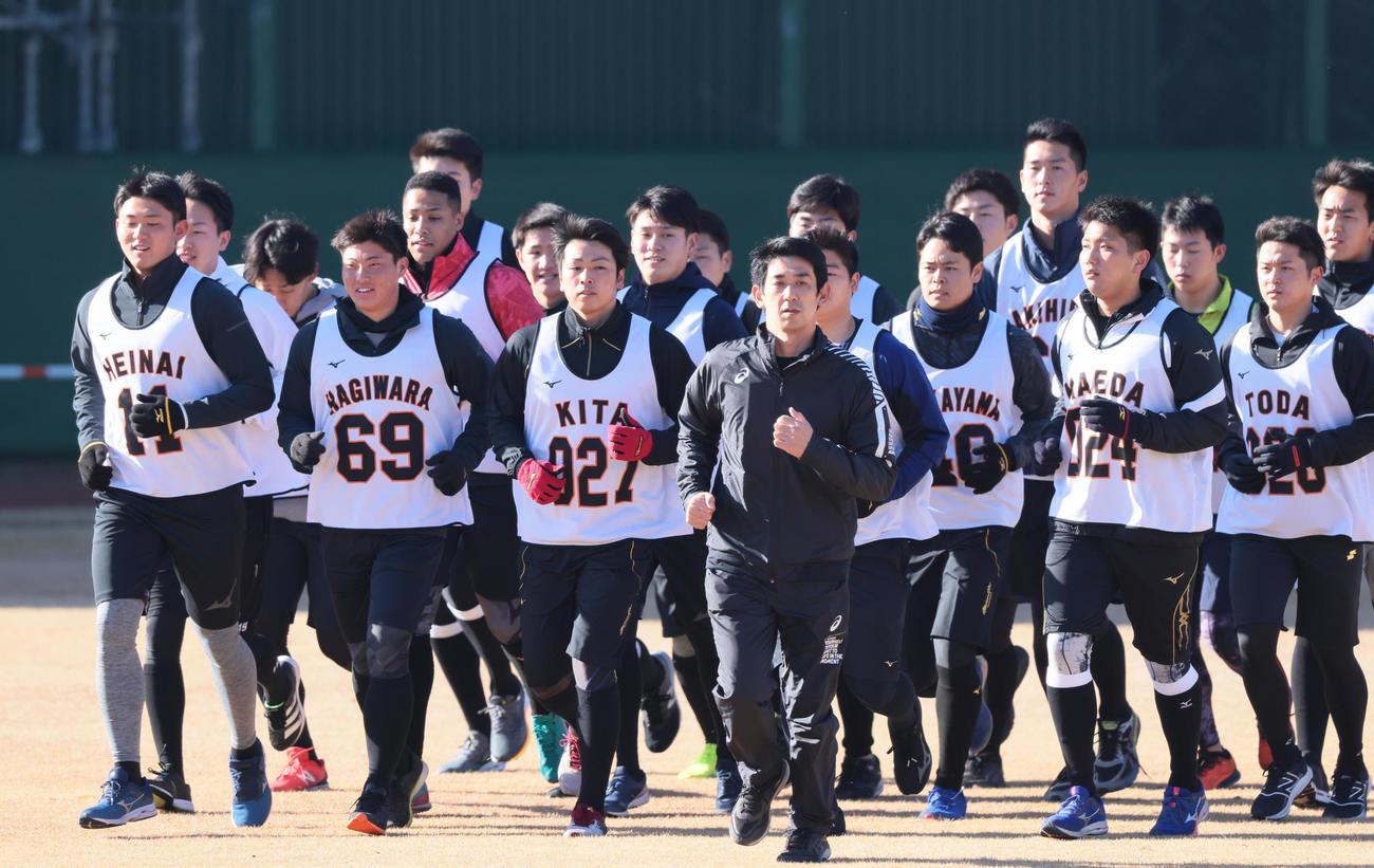 ランニングする巨人平内(左端)ら新人選手たち(撮影・足立雅史)
