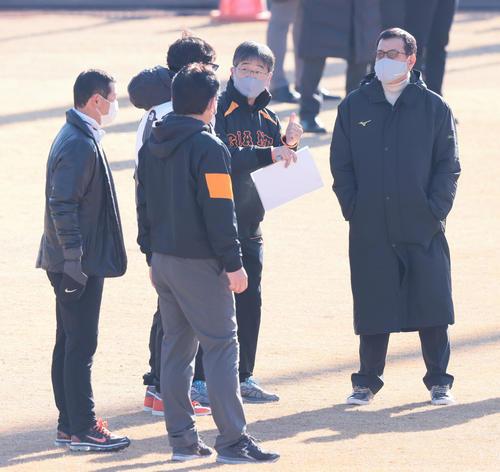 練習を視察する巨人原監督(右端)、桑田投手チーフコーチ補佐(左端)ら(撮影・足立雅史)