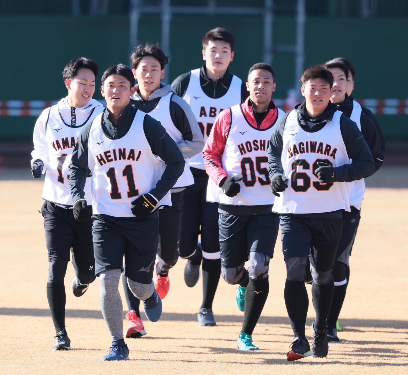 ランニングする巨人平内(左から2人目)ら新人選手たち(撮影・足立雅史)
