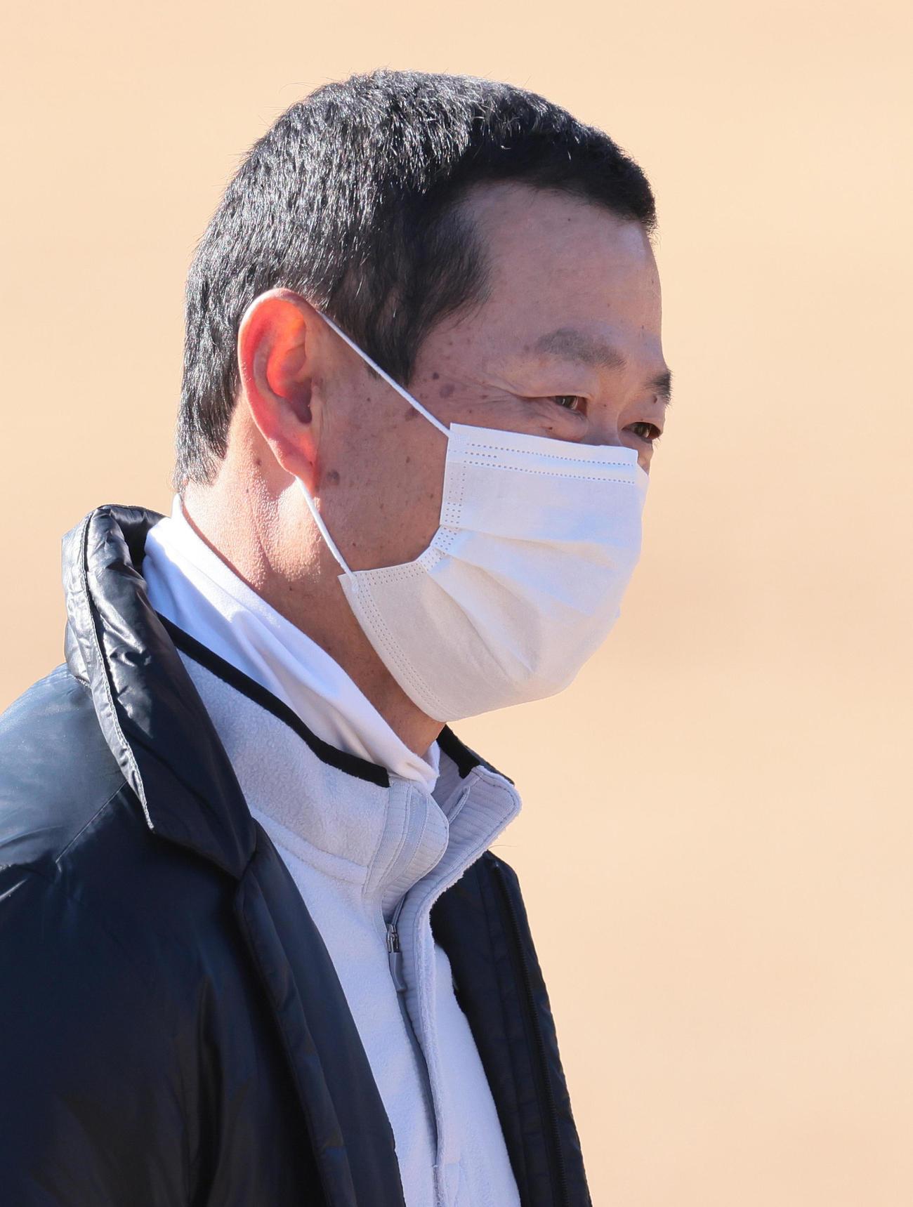 練習を笑顔で見つめる巨人桑田投手チーフコーチ補佐(撮影・足立雅史)