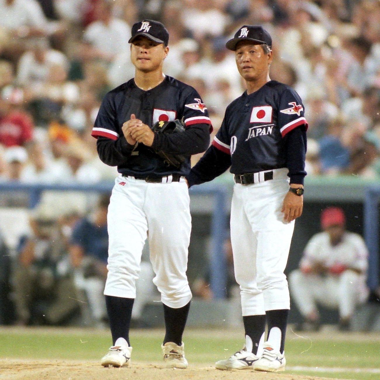 アトランタ五輪決勝のキューバ戦で、投手森中(左)交代を告げる川島監督(1996年8月2日撮影)
