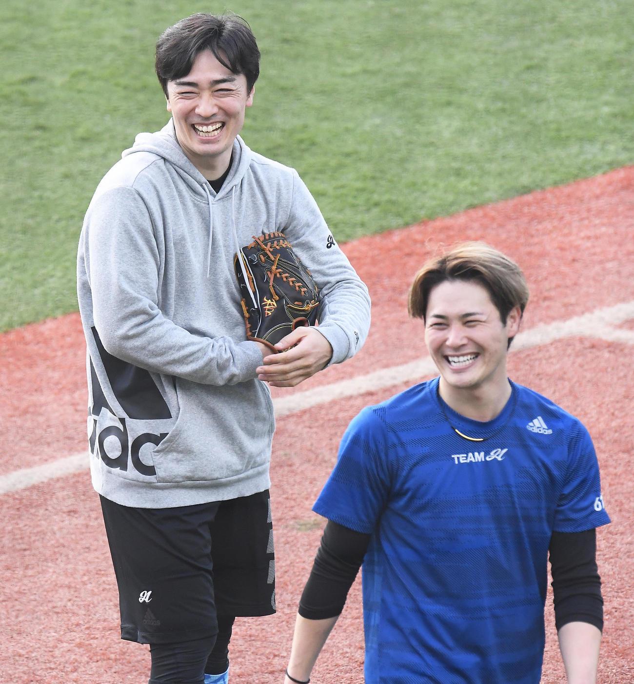 マウンドからの投球練習を終えて笑顔の笠谷(右)と和田(代表撮影)
