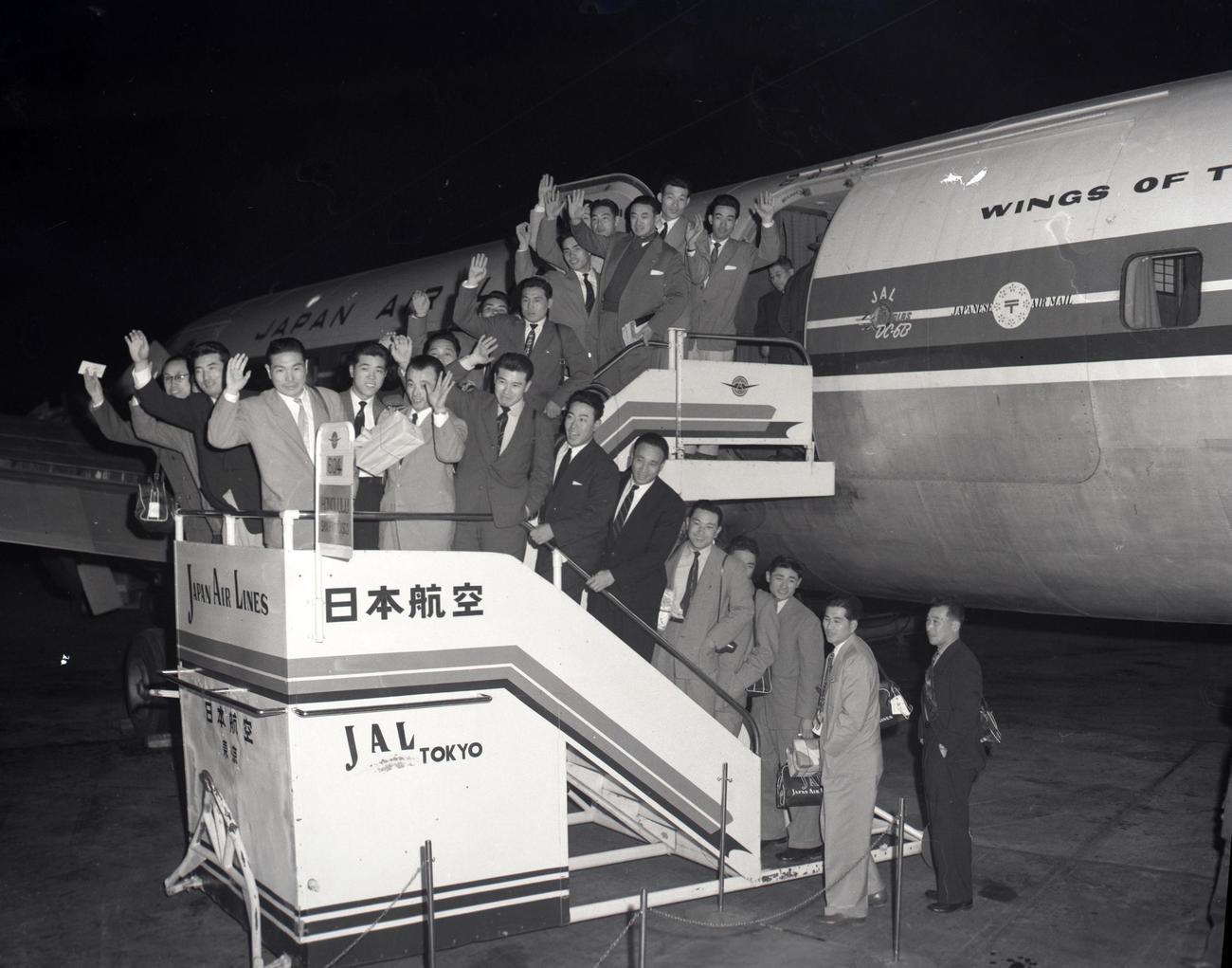 56年、親善試合11試合を兼ねた春季キャンプでハワイへ出発する垂井団長、山本一人(鶴岡一人)監督(タラップ中段中央左)ら22人の南海ナイン