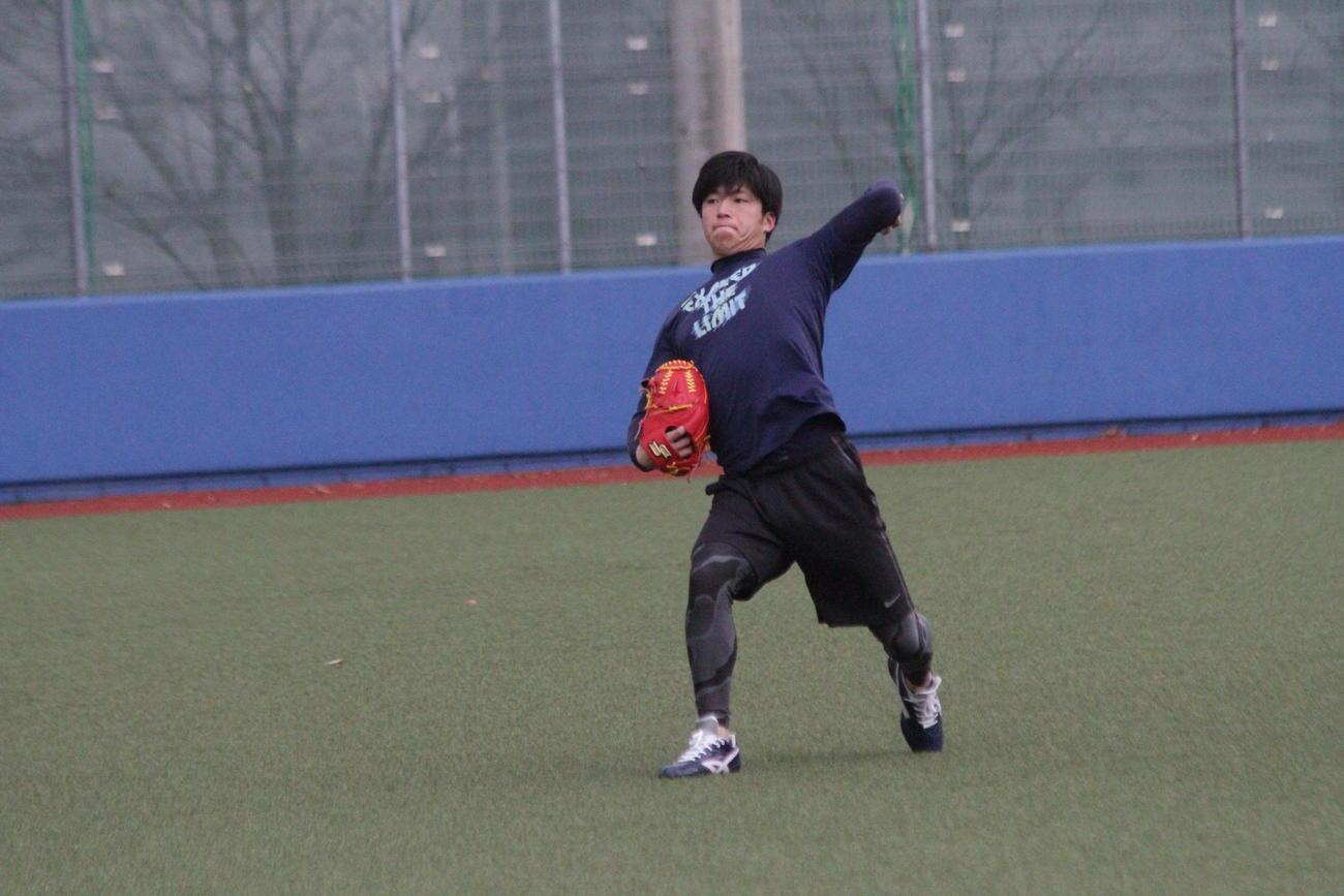 年明けの始動で感触を確かめながらキャッチボールを行う関学大・黒原