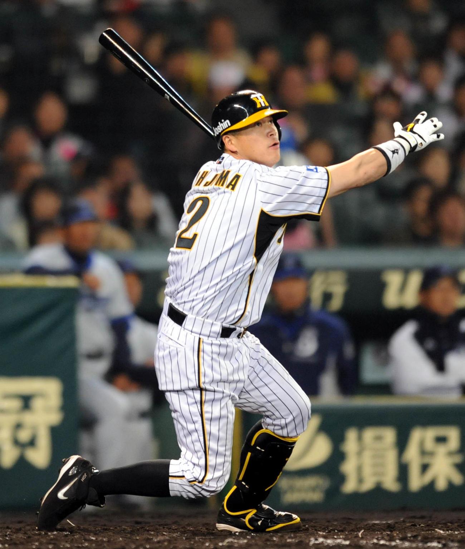 右越え適時二塁打を放つ阪神時代の城島健司氏(2011年4月22日撮影)