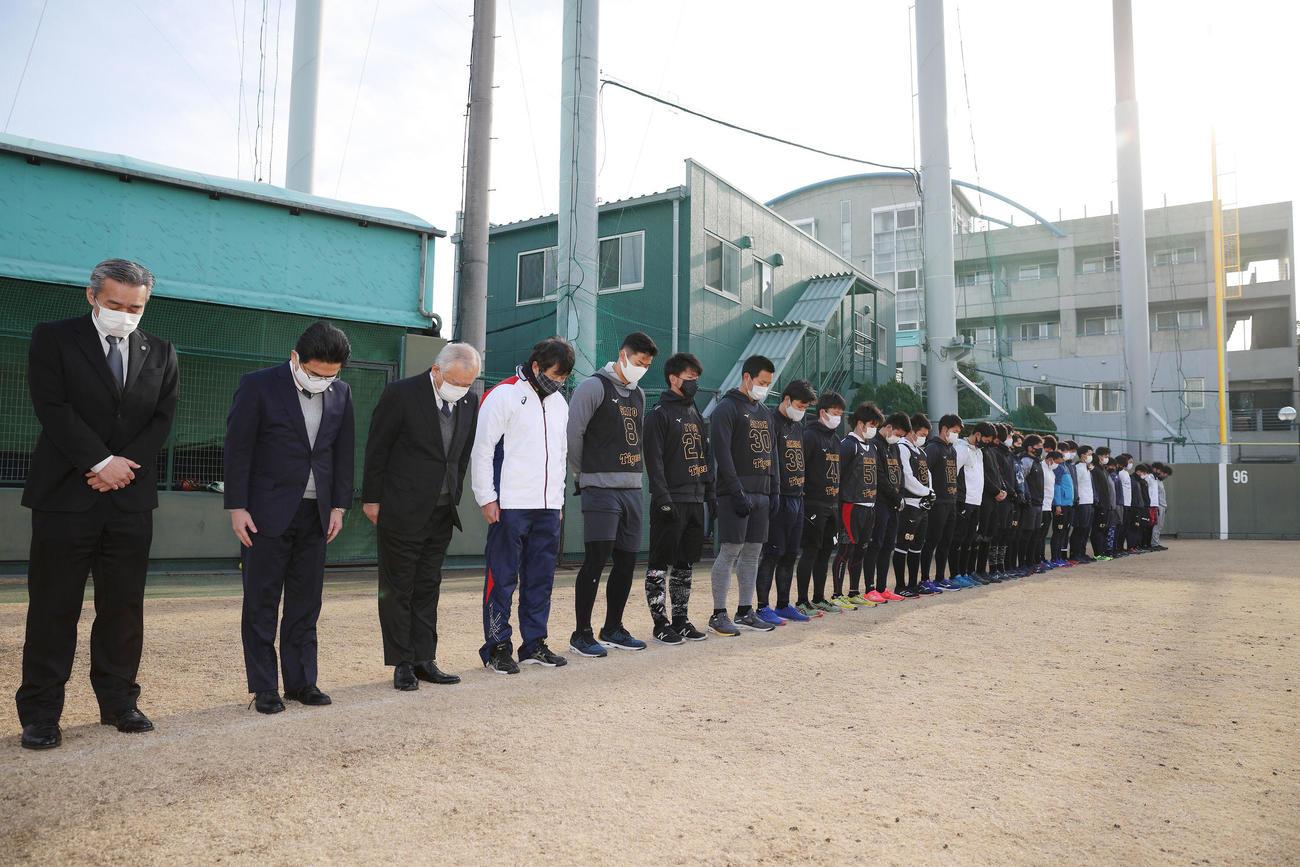 阪神・淡路大震災から26年がたちグラウンドで黙とうをささげる藤原オーナー(左から3人目)と阪神ナイン(球団提供)