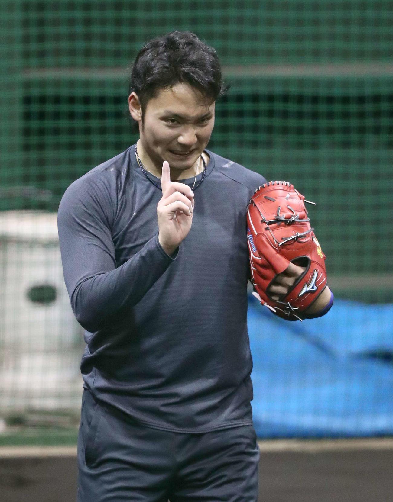 ブルペンでラスト1球をリクエストする日本ハム伊藤(撮影・黒川智章)