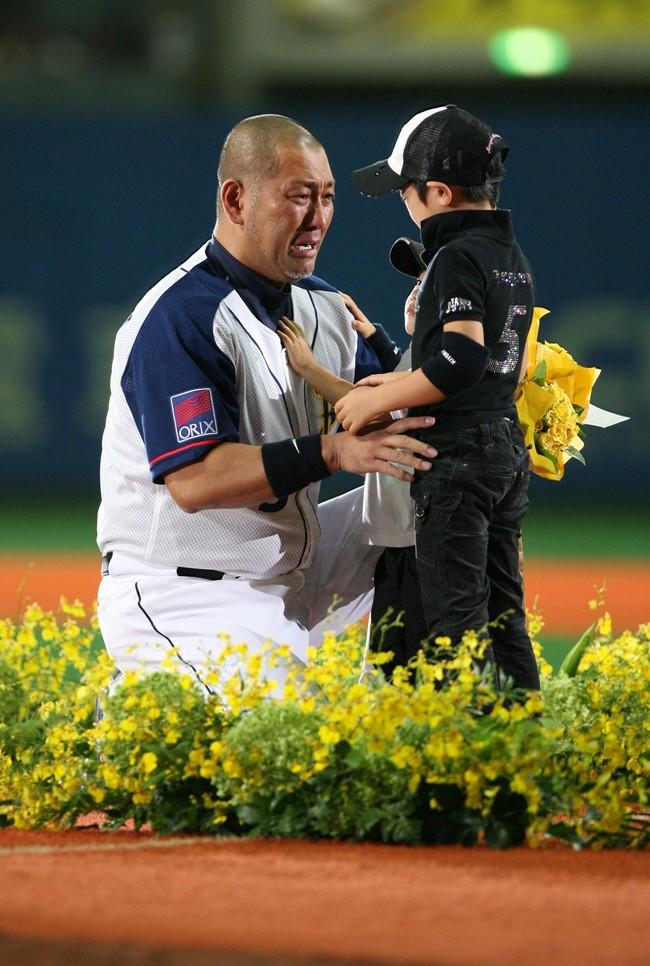 08年10月1日、現役引退セレモニーで清原氏は愛息たちから花束を受け涙ぐむ