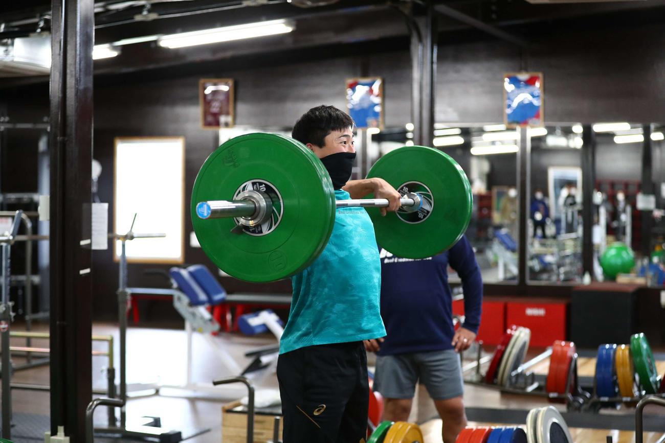 50キロ近いバーベルを使いトレーニングする中日藤嶋(代表撮影)