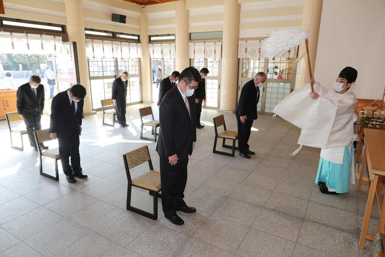 必勝祈願をする佐々岡監督(中央)。右は松田オーナー