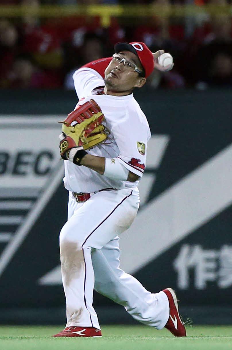 17年4月、本塁へ返球する左翼の広島松山