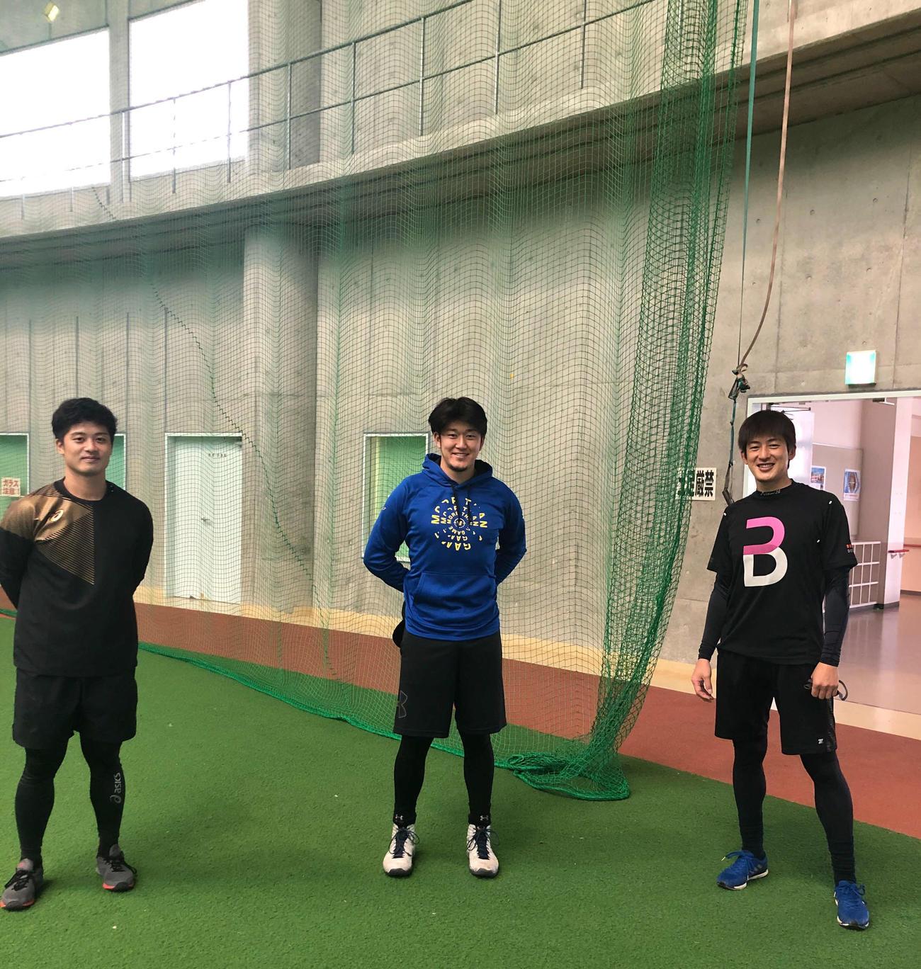 自主トレを公開し笑顔を見せる、左から坂本、岩貞、オリックス能見(球団提供)