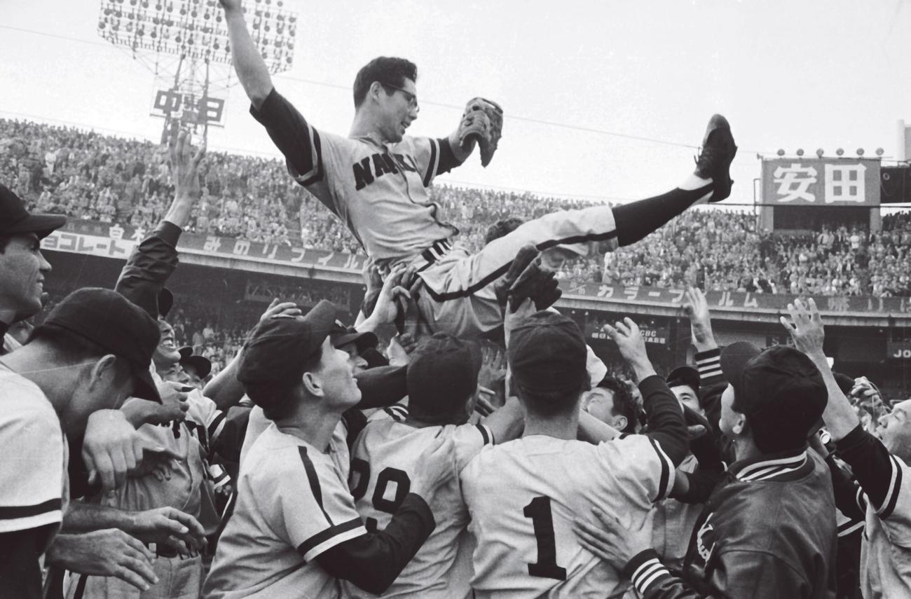 59年、日本シリーズで巨人に4連勝して日本一を決め、胴上げされる南海杉浦忠
