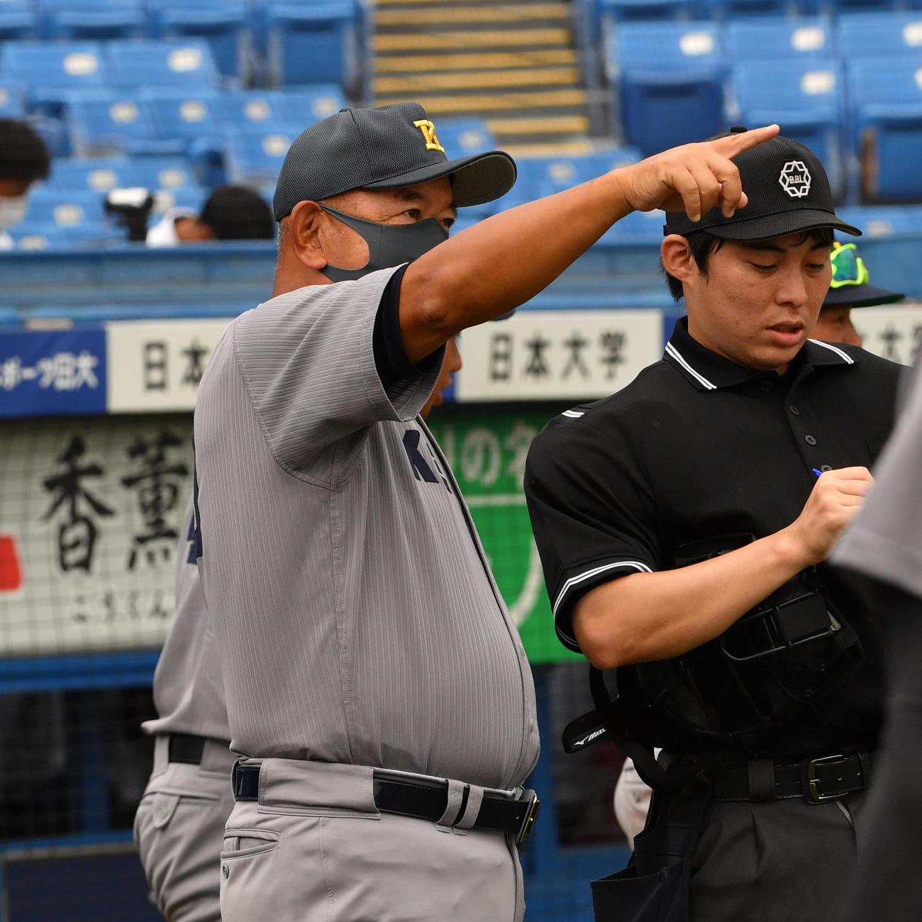 慶大・堀井監督(左)(20年9月13日撮影)
