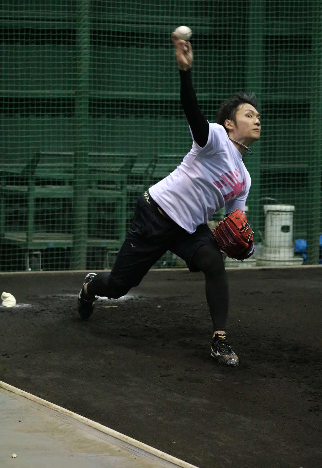 新人合同自主トレで初めて捕手を座らせて投球練習した日本ハムのドラフト1位伊藤(球団提供)