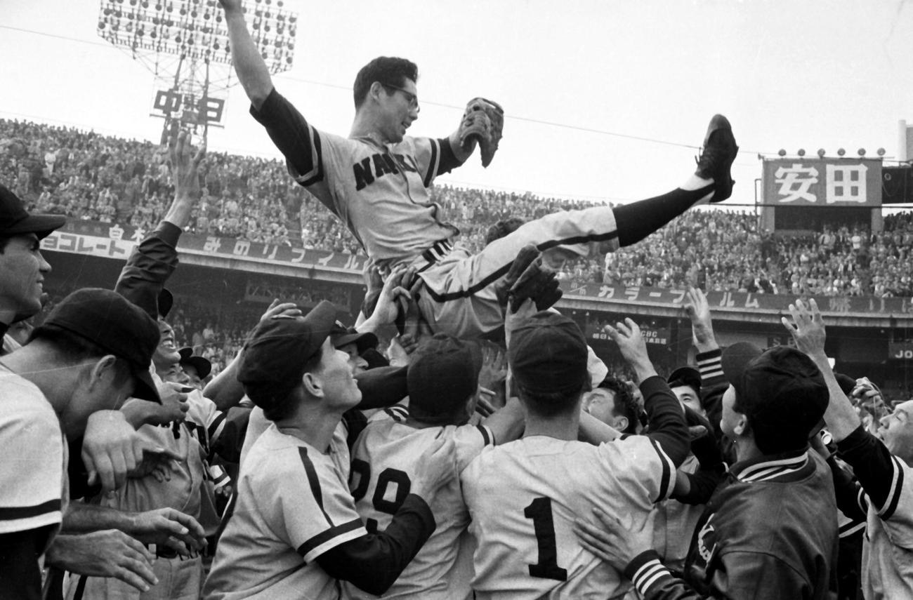 日本シリーズ第4戦 巨人対南海 4連投4連勝で日本一を決め胴上げされる南海杉浦忠(1959年10月29日)