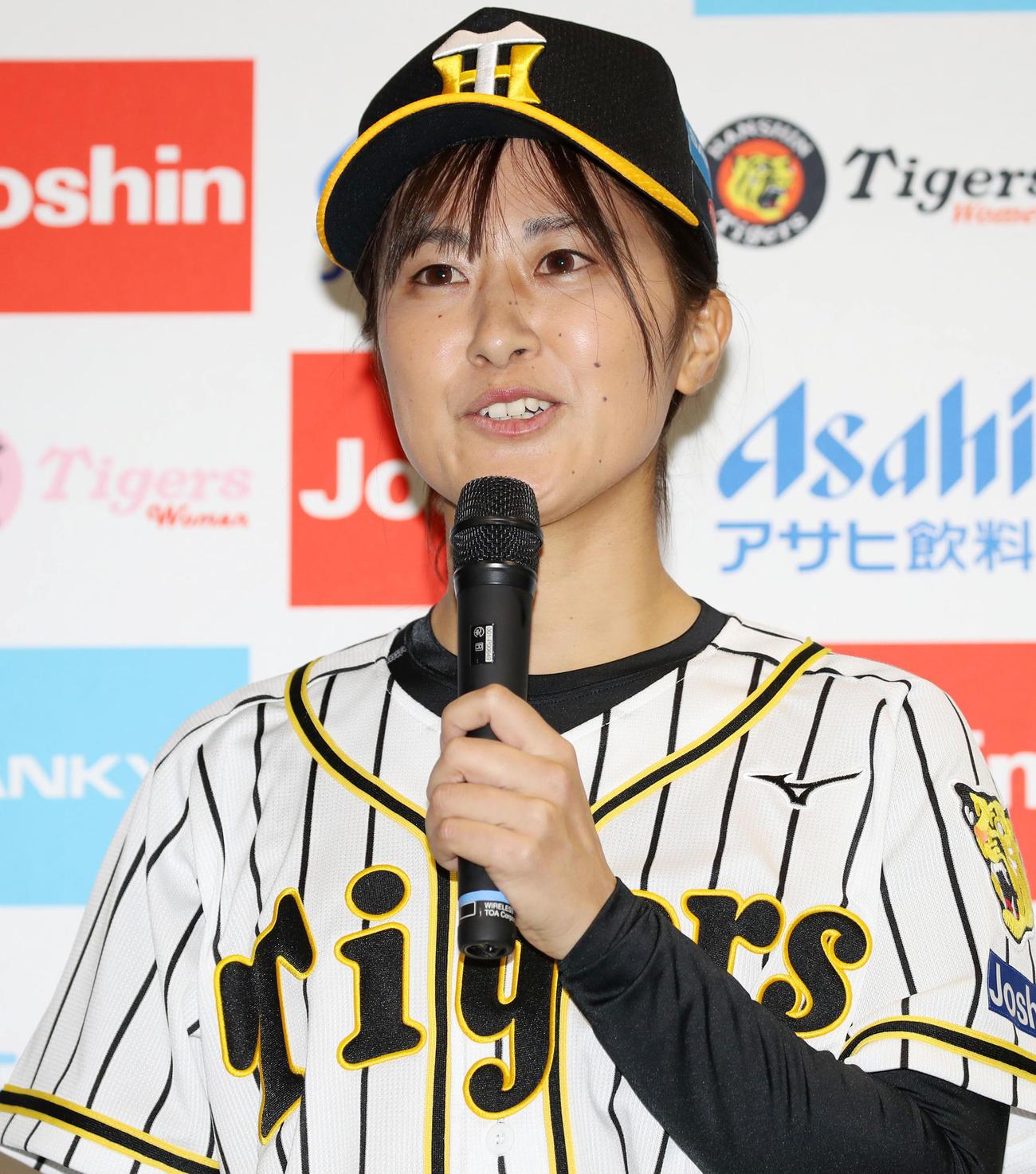阪神タイガースWomenのユニホームと背番号発表会見であいさつする三浦伊織(撮影・加藤哉)