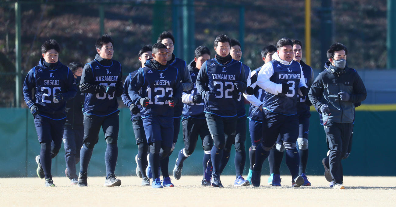 ランニングする西武佐々木(左端)ら選手たち(代表撮影)