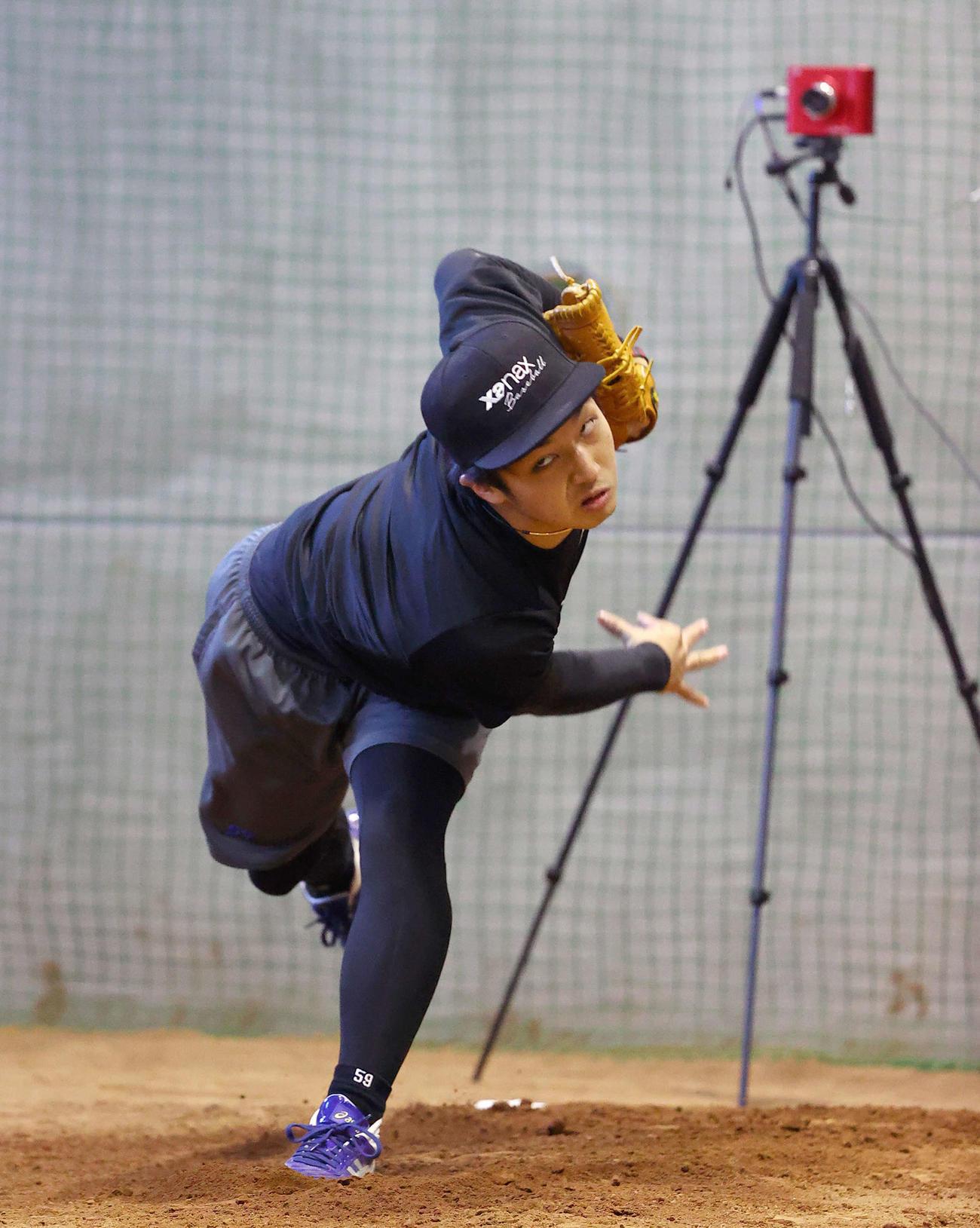 計測機器を用いて投球練習を行う中日山本(代表撮影)